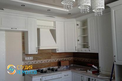 Дизайнерский ремонт кухни в однокомнатной квартире 44 кв.м. фото-2